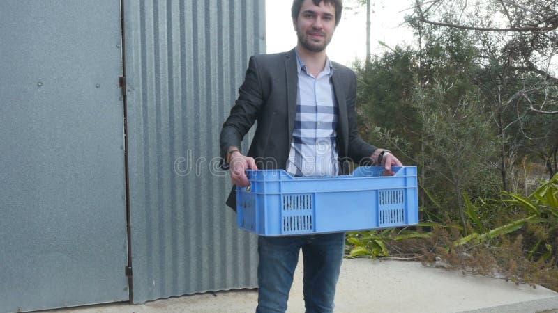 O homem toma uma caixa com azeitonas nas mãos vídeos de arquivo