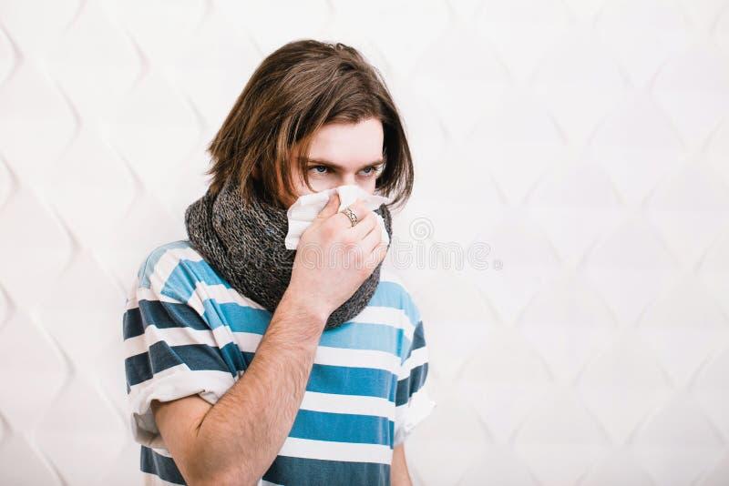 O homem tosse e funde o nariz fotos de stock royalty free