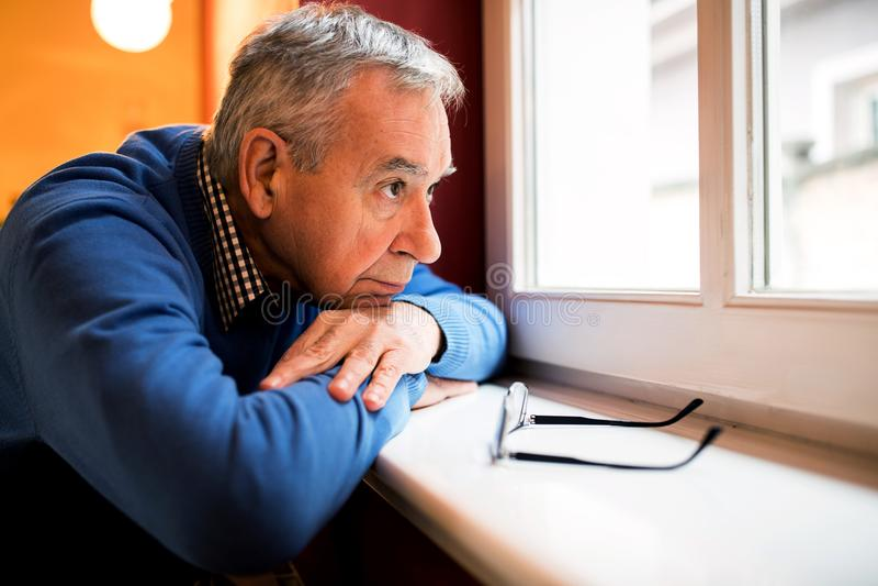 O homem triste da depressão, sênior esqueceu pela família fotos de stock royalty free