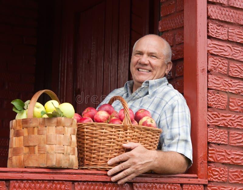 O homem trouxe maçãs fotografia de stock royalty free
