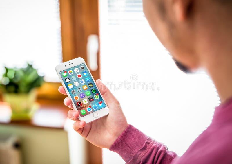 O homem usa o iPhone brandnew 7 imagens de stock royalty free