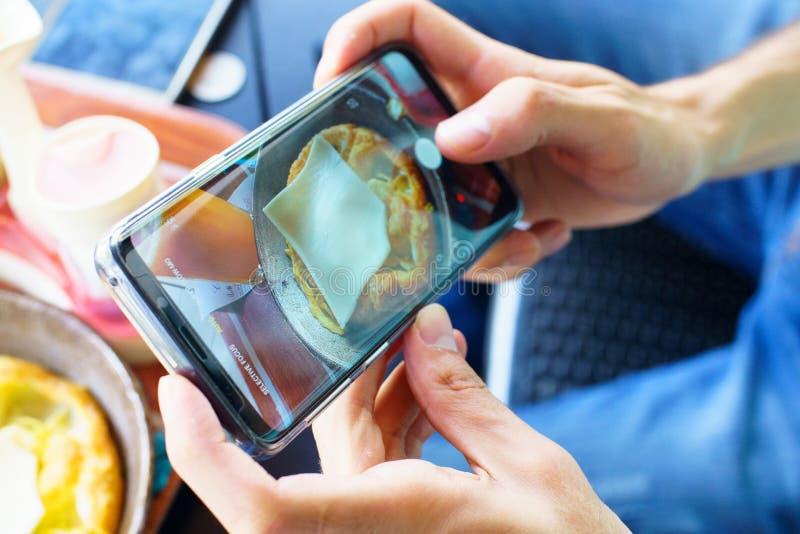 O homem usa seu telefone celular exterior fotos de stock royalty free