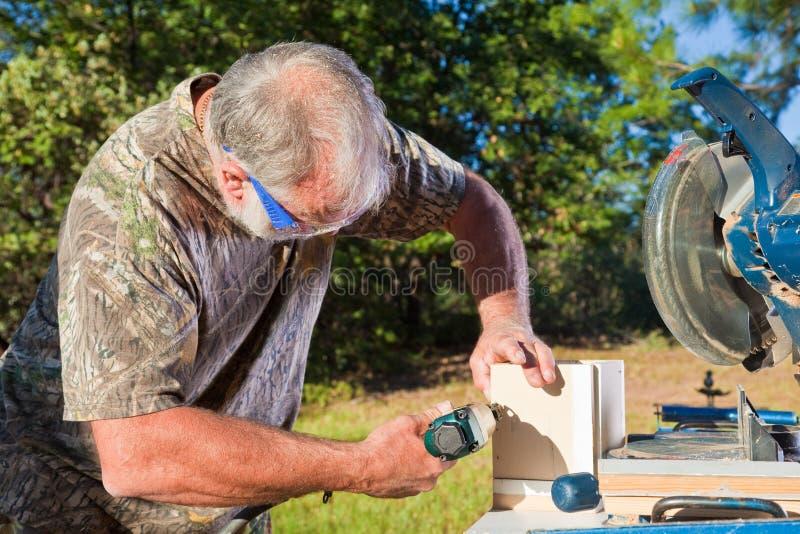 O homem usa um injetor do prego fotografia de stock