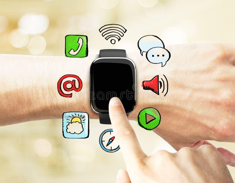 O homem usa um relógio esperto, com ícones sociais dos meios imagens de stock royalty free