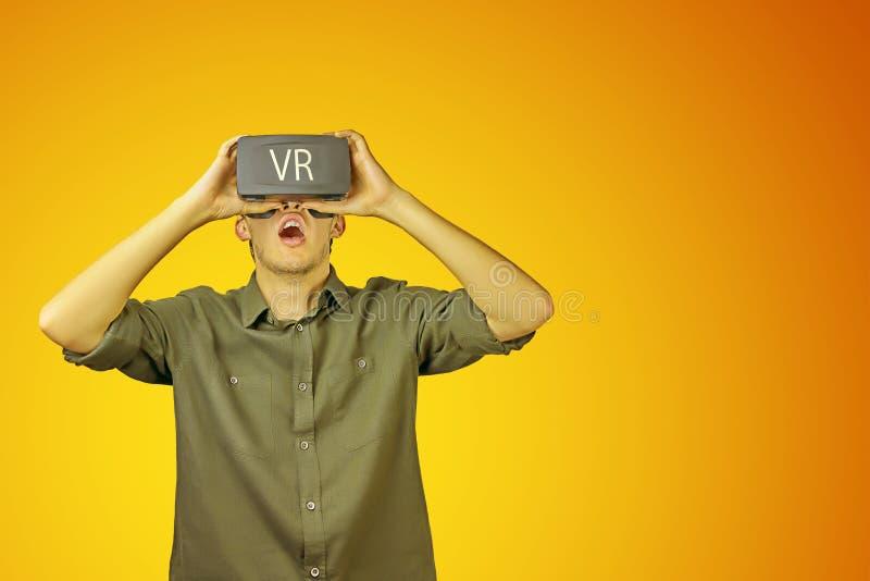 O homem usa VR fotos de stock