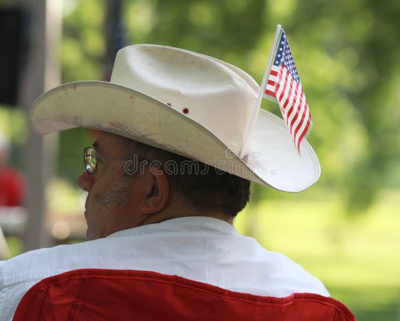 O homem veste o chapéu de vaqueiro com a bandeira americana na reunião do tea party imagens de stock