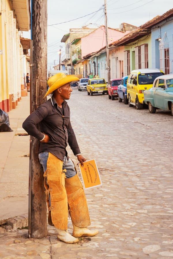 O homem vestido como um vaqueiro anuncia a equitação para turistas fotografia de stock royalty free