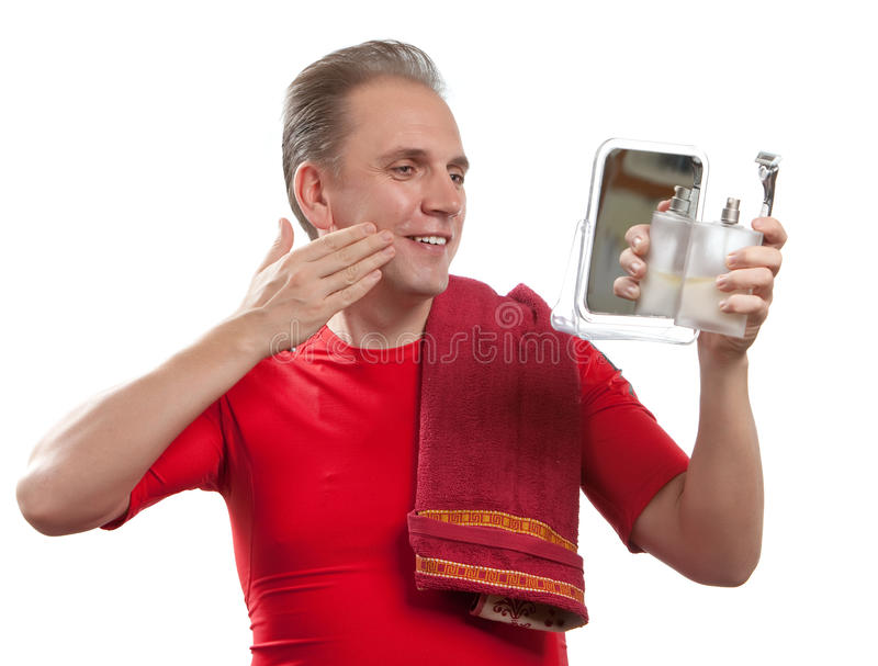 O homem well-groomed usa o bálsamo após a rapagem fotos de stock royalty free