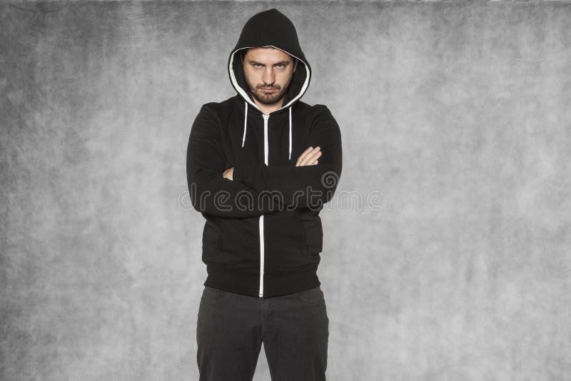 O hooligan, vestido no preto, está muito seguro fotografia de stock