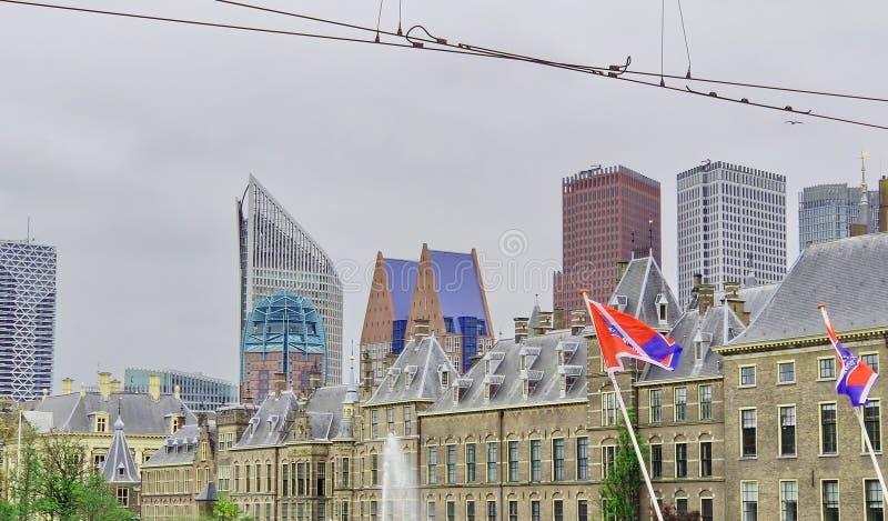 O horizonte de Haia: Parlamento e arranha-céus Den Haag, Países Baixos fotos de stock
