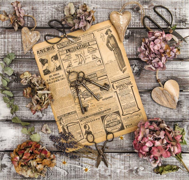 O Hortensia floresce a vida de madeira dos corações das tesouras do vintage ainda fotografia de stock royalty free