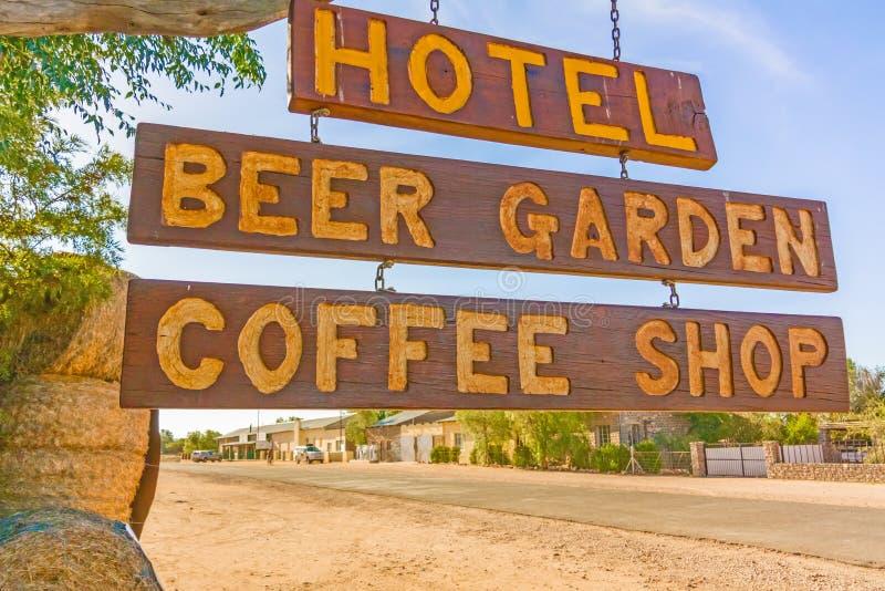 O hotel assina dentro Helmeringhousen, Namíbia imagem de stock