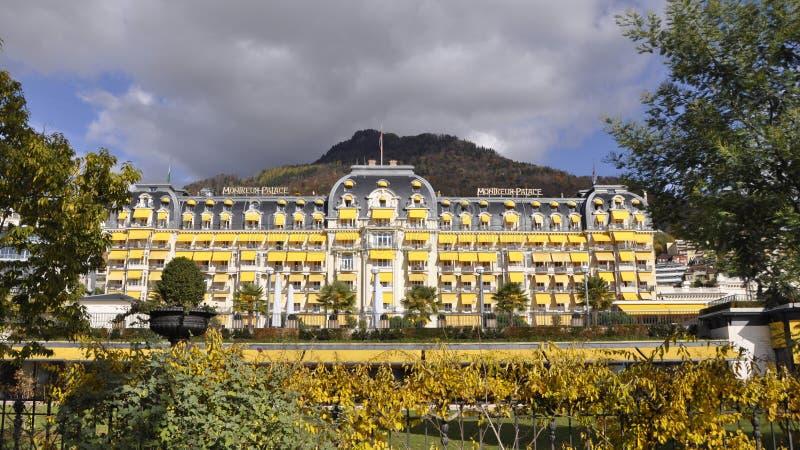 O hotel de Montreux Palace Belle Epoque, senhora idosa grande do hotelery suíço na cidade de Montreux imagem de stock