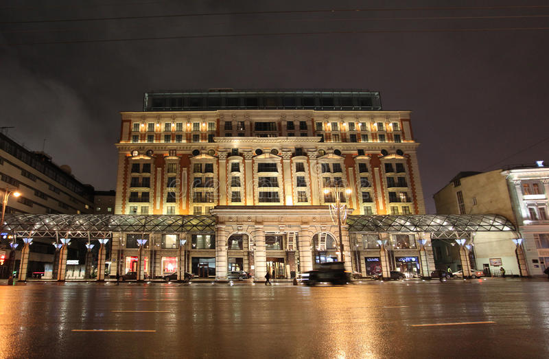 O hotel de Ritz Carlton na noite Moscou foto de stock