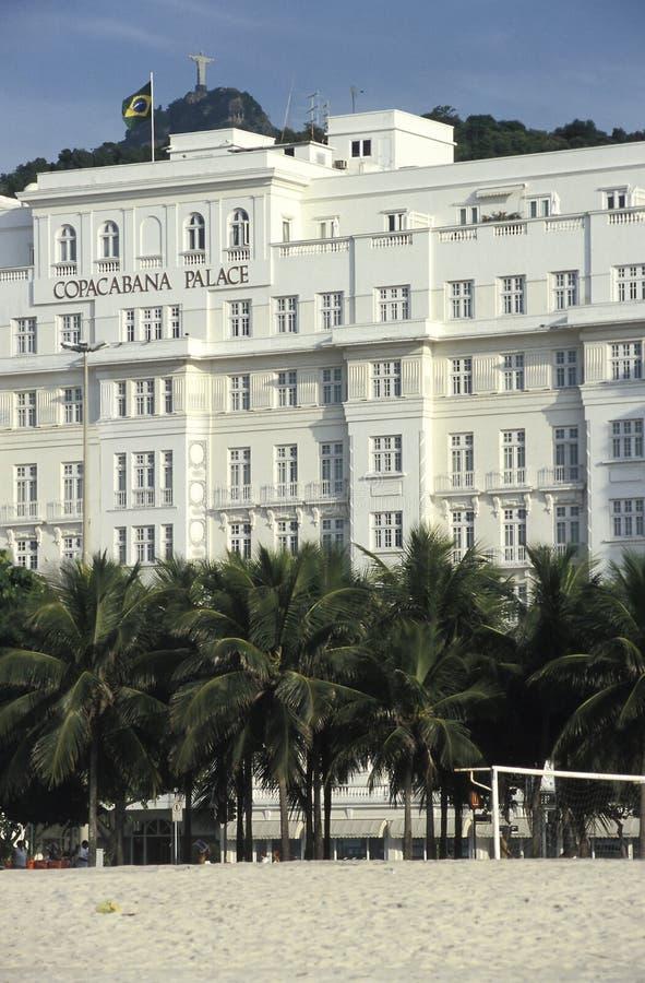 O hotel do palácio de Copacabana com a estátua de Cristo resgatar imagem de stock royalty free