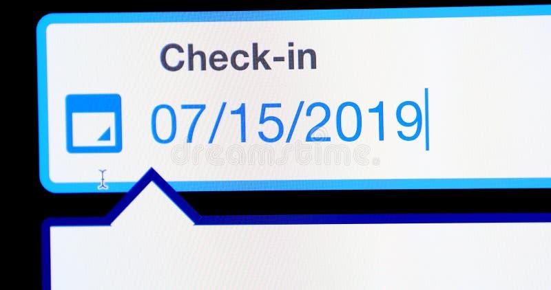 O hotel em linha verifica dentro o tela de computador fotografia de stock