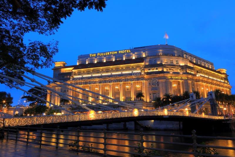 O hotel na noite, Singapura de Fullerton imagens de stock royalty free