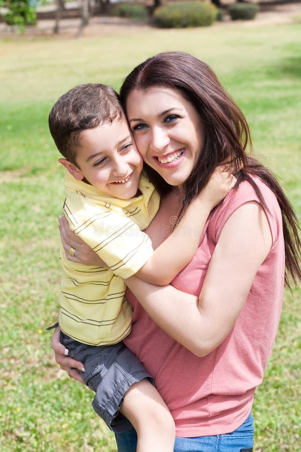 O hug bonito do miúdo é mamã foto de stock royalty free
