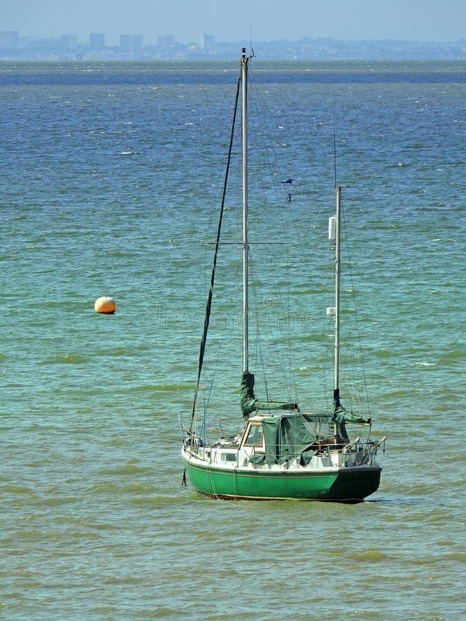 O iate do barco da ilha do tesouro do crusoe de Robinson supre a navigação da água do oceano do curso fotografia de stock royalty free