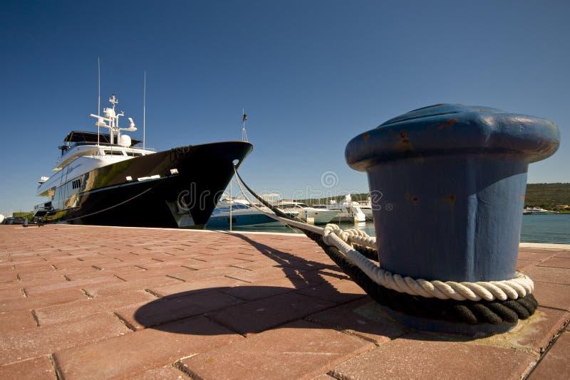 O iate e o o ancoradouro imagem de stock