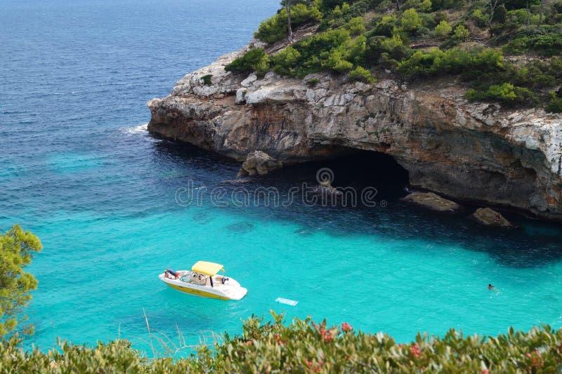 O iate molha na claro da baía Seascape Praia em Majorca fotos de stock royalty free