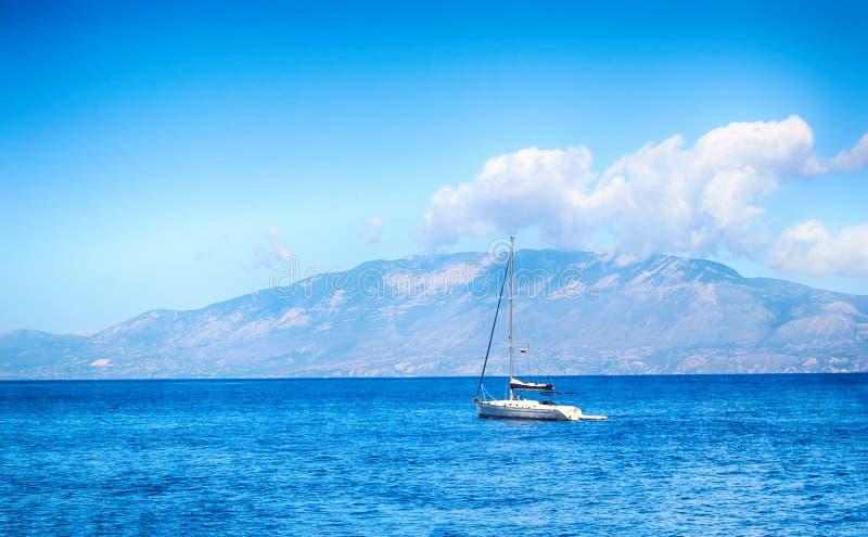 O iate navega ao longo das águas claras do mar Mediterrâneo foto de stock royalty free