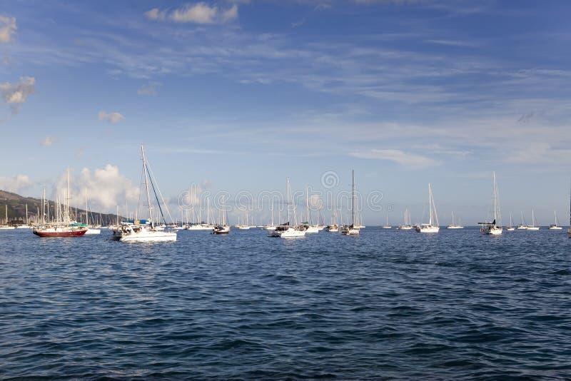 O iate no mar azul polynesia tahiti fotografia de stock royalty free