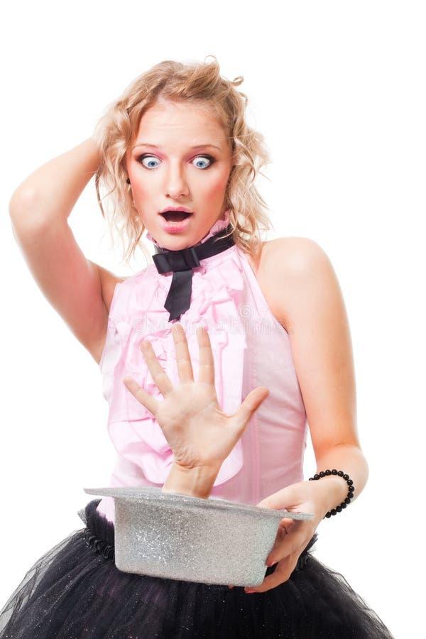 O illusionist da mulher executa o truque assustador fotografia de stock