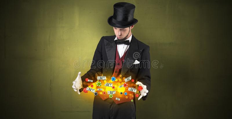 O ilusionista conjura com seu pessoal de jogo da mão foto de stock royalty free