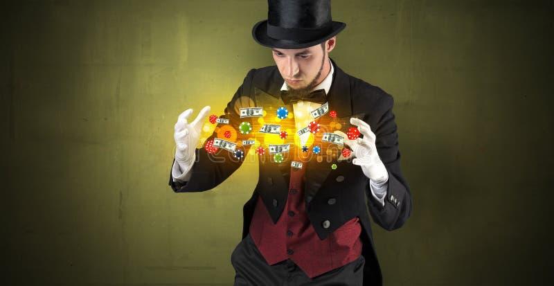 O ilusionista conjura com seu pessoal de jogo da mão fotos de stock royalty free