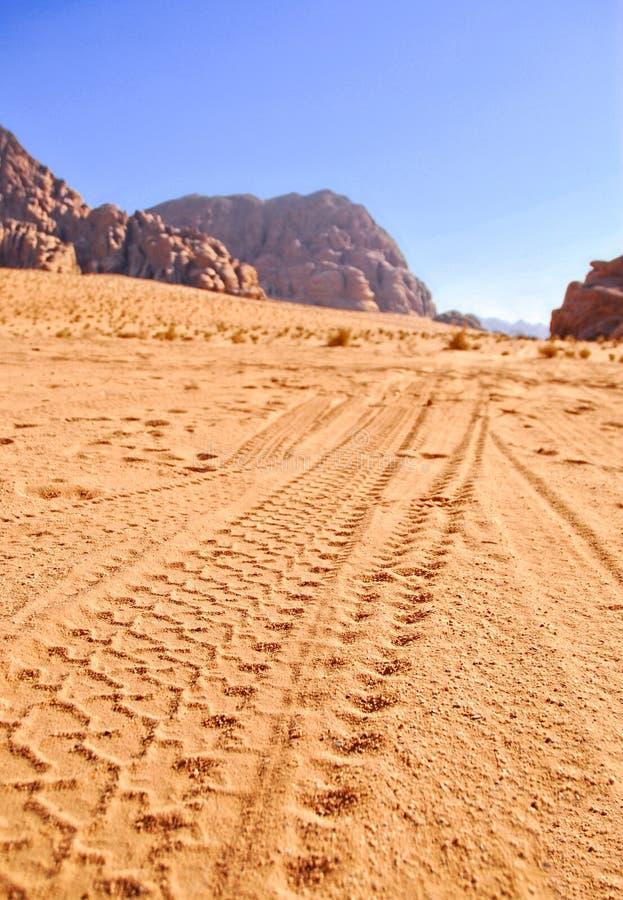 O Imprint roda o jipe na areia imagem de stock