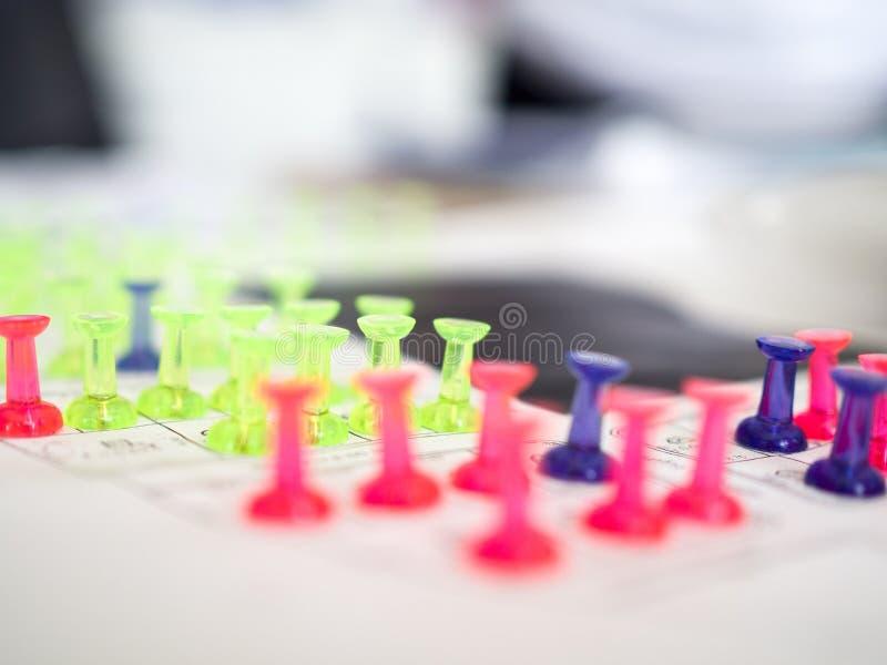 O impulso colorido fixa a marcação para o resevation dos bens imobiliários foto de stock