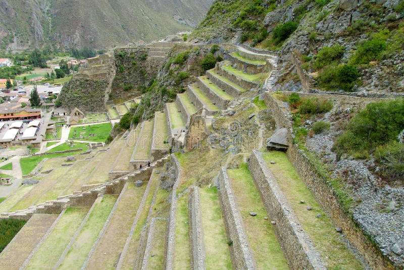 O Inca arruina terraços de Ollantaytambo, Peru foto de stock royalty free