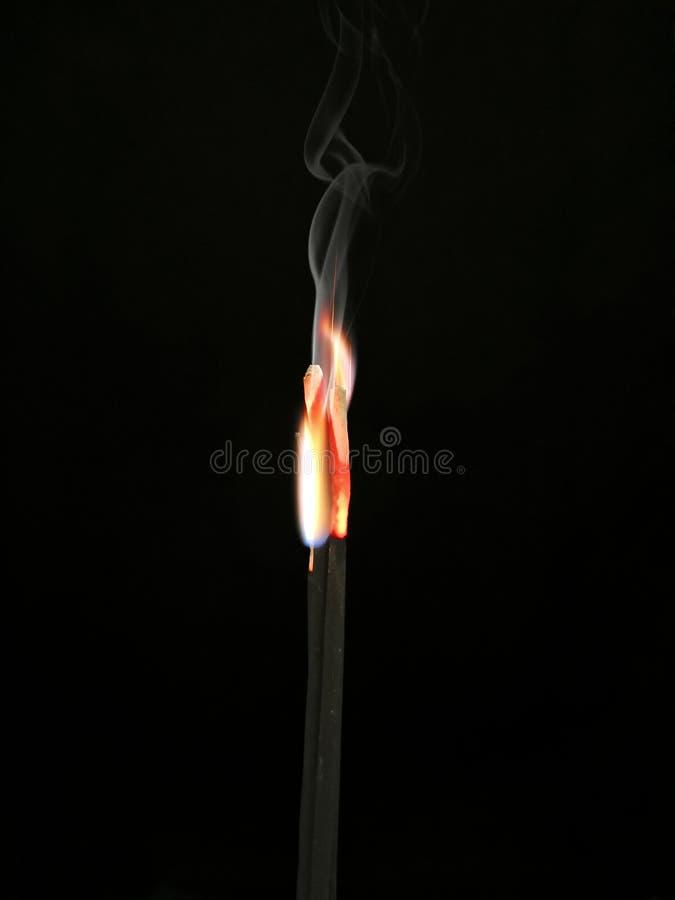 O incenso de queimadura do fogo cola o fundo preto, a Buda rezar ou de adoração ou deuses hindu, algo respeitar, opinião tradicio fotografia de stock royalty free