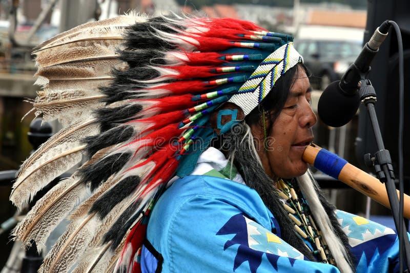O indiano do nativo americano joga a flauta fotos de stock