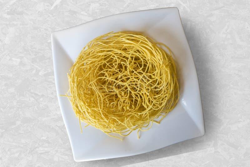 O indiano popular do macarronete crocante de Sev namkeen o alimento de petisco feito da pasta, da cúrcuma, da pimenta de Caiena,  fotos de stock