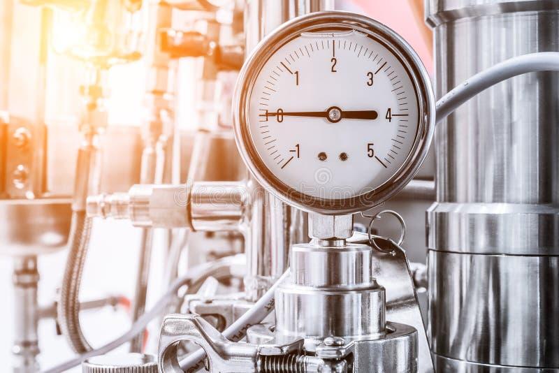 O indicador de pressão do líquido hidráulico, seta indica zero imagens de stock