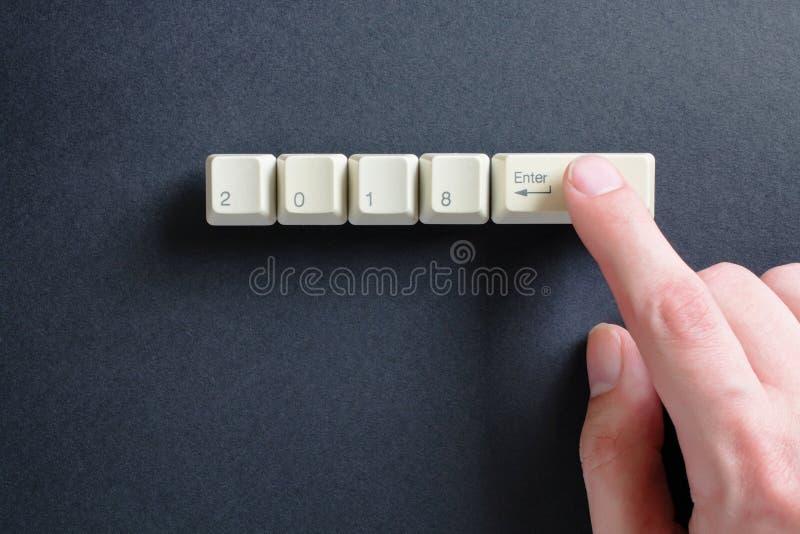 O indicador pressiona no teclado, em que é escrito a 2018 foto de stock royalty free