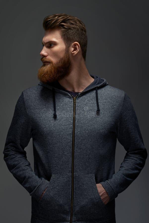 O indivíduo à moda no hoodie olha à esquerda fotografia de stock royalty free