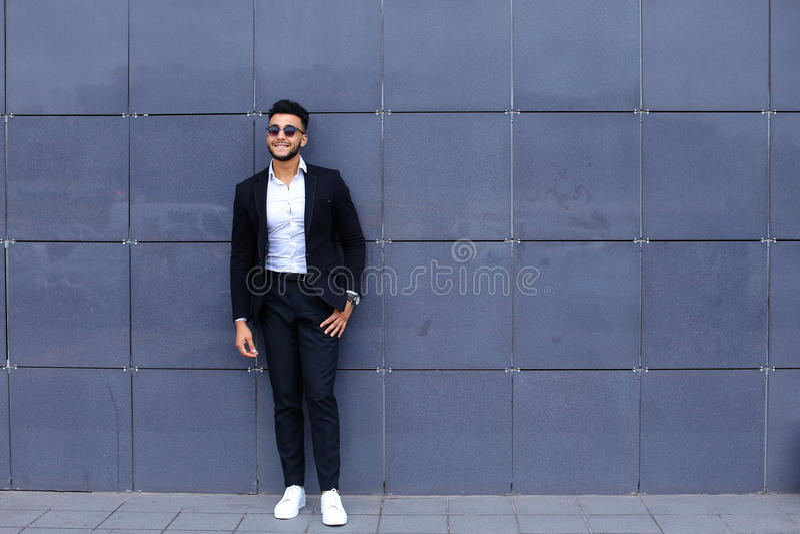 O indivíduo árabe no centro de negócios está o passeio de sorriso lento foto de stock