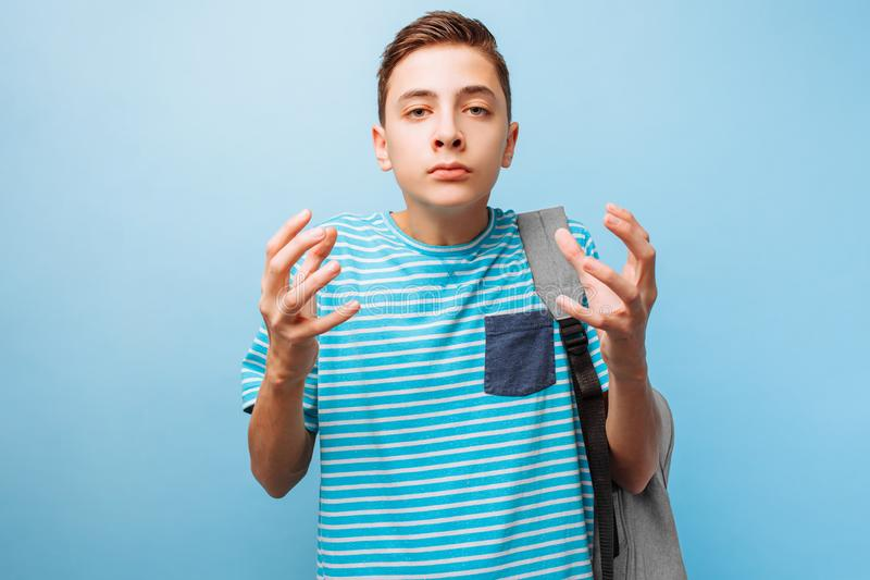 O indivíduo adolescente emocional comprimido levanta suas mãos e exclama desesperadamente, expressão facial irritante imagem de stock royalty free