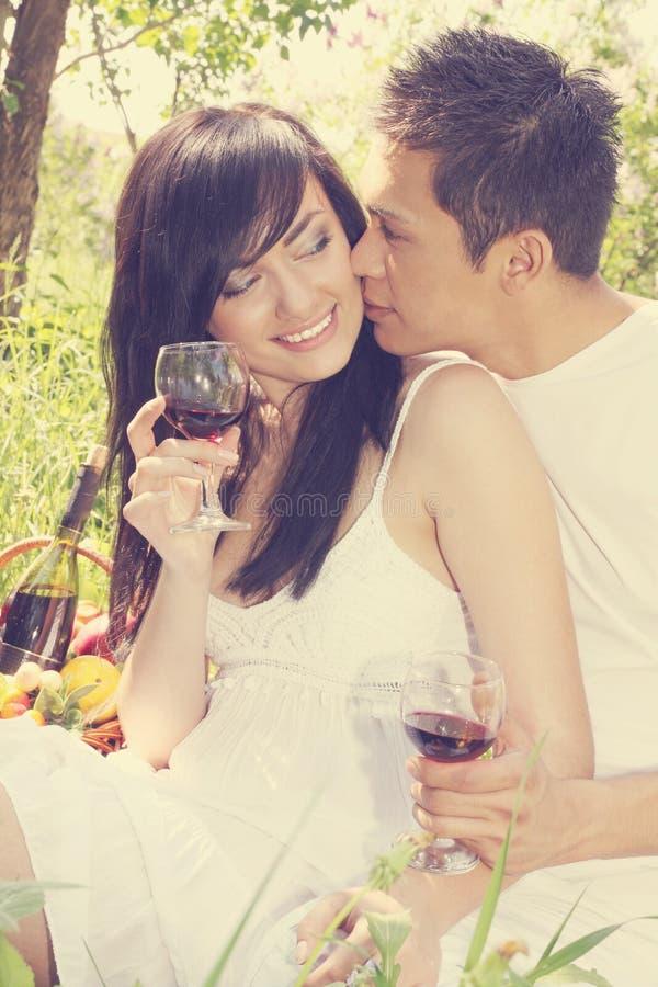 O indivíduo beija uma menina fotografia de stock