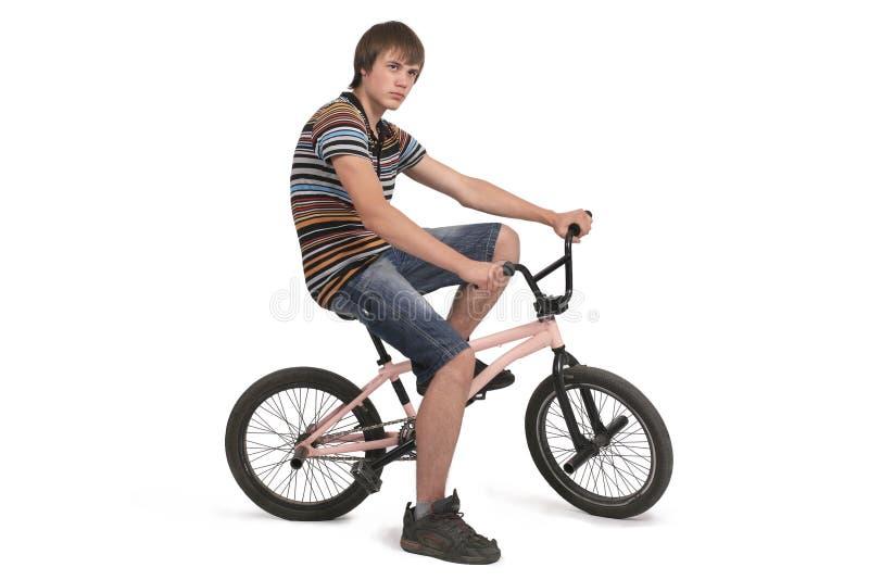 O indivíduo bonito senta-se na bicicleta imagem de stock