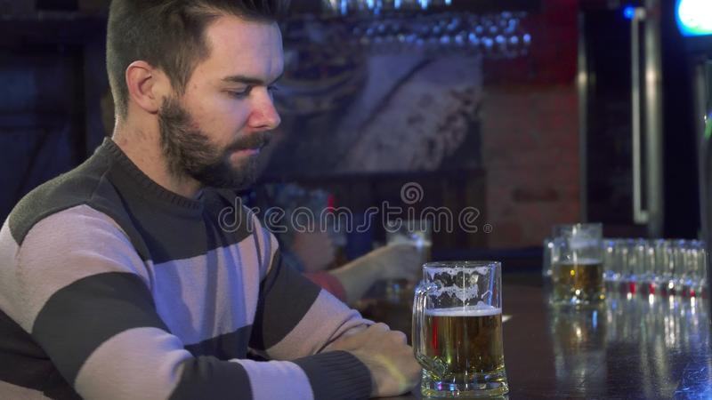 O indivíduo cheira a cerveja no bar imagens de stock royalty free