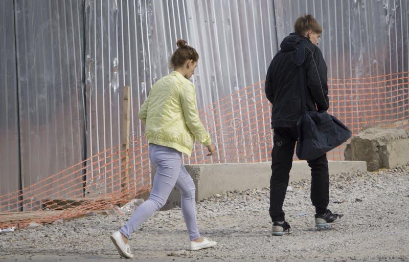 O indivíduo com a menina está perto obras canteiro Rússia Berezniki do 4 de setembro de 2017 imagem de stock