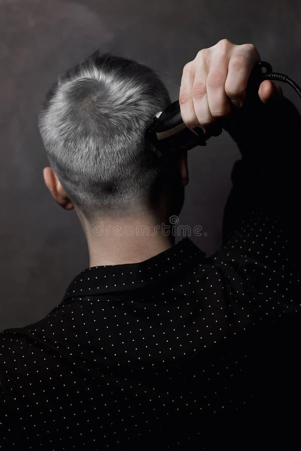 O indivíduo com um cabelo justo a máquina para um penteado fotos de stock