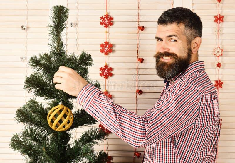 O indivíduo decora a árvore de Natal Santa Claus no estilo moderno imagens de stock