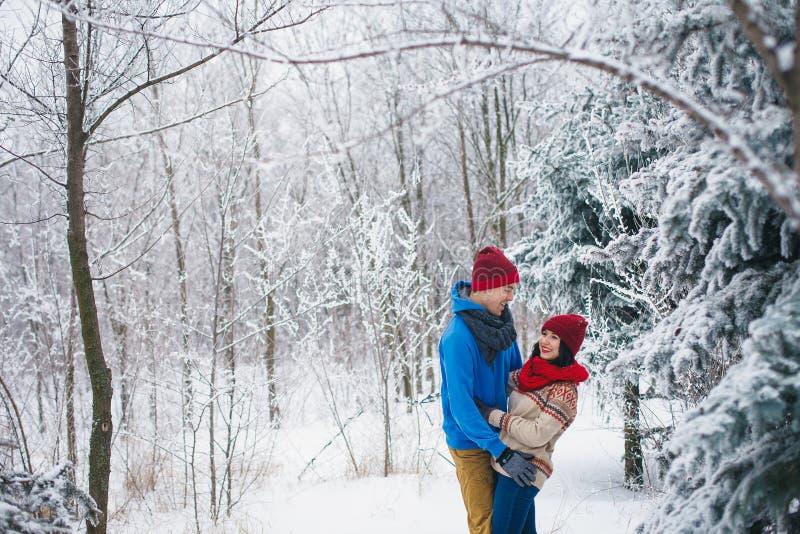 O indivíduo e a menina andam e têm o divertimento na floresta imagens de stock