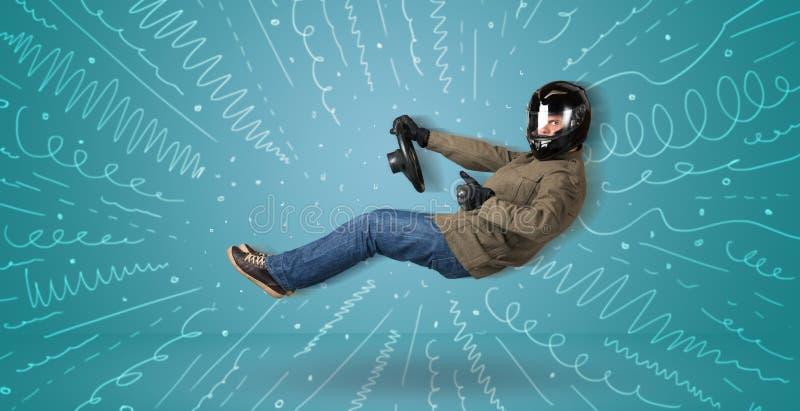 O indivíduo engraçado conduz um veículo imaginário com linhas tiradas em torno olá! foto de stock
