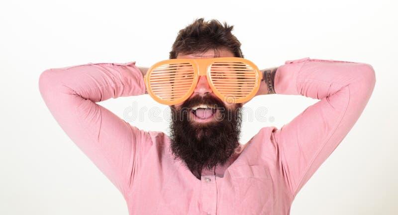 O indivíduo farpado do homem veste óculos de sol louvered gigantes Atributo das férias dos óculos de sol e acessório à moda Prote foto de stock royalty free
